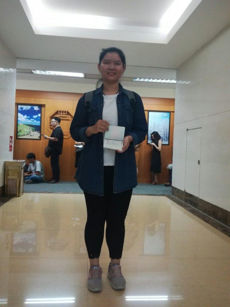 Bạn Huỳnh Mai với tấm Visa Du học Hàn Quốc.