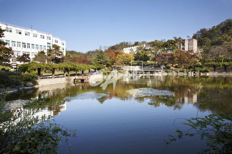 Khung cảnh xung quanh trường Logo trường Đại học ChungAng